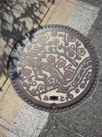 水戸市のシンボル梅がデザインされたマンホール