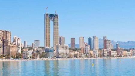 スペインの47階建て高さ200mの超高層ビル、エレベーターを付け忘れる!?